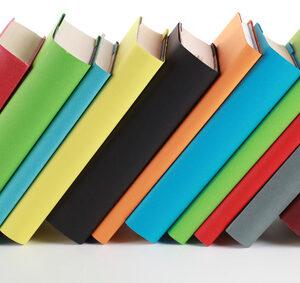 Bunte Bücher mit Textfreiraum für Ihren eigenen Text auf den Buchrücken